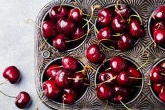 Свежие зрелые черные вишни в винтажном блюде затыловки на каменной предпосылке Взгляд сверху Стоковое Фото