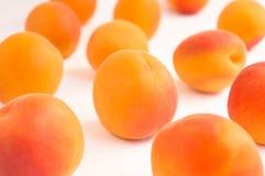 Свежие зрелые абрикосы - близкое поднимающее вверх - белая предпосылка Стоковые Фотографии RF