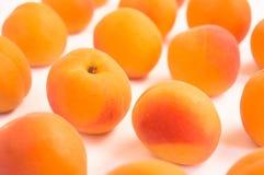 Свежие зрелые абрикосы - близкое поднимающее вверх - белая предпосылка Стоковое фото RF