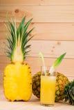 Свежие зрелые ананасы с соком Стоковое Изображение RF