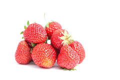 Свежие зрелые клубники на белизне Красные свежие ягоды, зеленый цвет покидают конец-вверх Малая глубина фотографии поля Стоковые Изображения RF