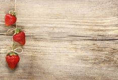 Свежие зрелые клубники на деревянной предпосылке Стоковое Фото