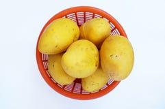 Свежие зрелые манго в оранжевой корзине Стоковое Изображение RF