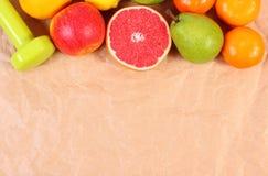 Свежие зрелые плодоовощи и гантели для фитнеса, концепции здоровых образов жизни Стоковые Изображения