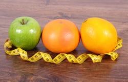 Свежие зрелые плодоовощи и рулетка, здоровые образы жизни и питание Стоковое фото RF