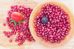 Свежие зрелые сочные красные семена гранатового дерева Стоковая Фотография RF