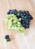 Свежие здоровые красные и зеленые виноградины для вина Стоковые Изображения RF
