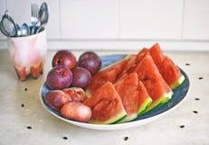 Свежие здоровые плодоовощи: персики, нектарины и арбуз в кухне Стоковое фото RF