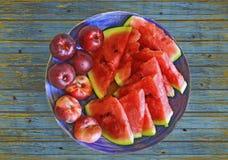 Свежие здоровые плодоовощи: персики, нектарины и арбуз на винтажной деревянной текстуре Стоковое Изображение RF