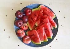 Свежие здоровые плодоовощи: персики, нектарины и арбуз на таблице Стоковое Изображение