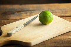 Свежие известки отрезка на деревянной разделочной доске Селективный фокус Blurre Стоковые Изображения RF