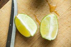 Свежие известки отрезка на деревянной разделочной доске Селективный фокус Blurre Стоковое фото RF
