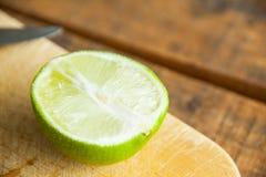 Свежие известки отрезка на деревянной разделочной доске Селективный фокус Blurre Стоковая Фотография