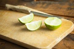 Свежие известки отрезка на деревянной разделочной доске Селективный фокус Blurre Стоковая Фотография RF