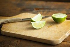 Свежие известки отрезка на деревянной разделочной доске Селективный фокус Blurre Стоковое Изображение