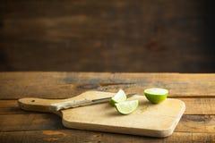 Свежие известки отрезка на деревянной разделочной доске Селективный фокус Blurre Стоковое Фото