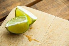 Свежие известки отрезка на деревянной разделочной доске Селективный фокус Blurre Стоковые Фото