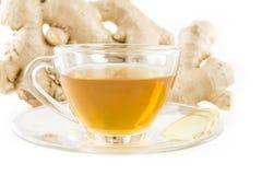 Свежие имбирь и чай в стекле на белизне стоковое изображение