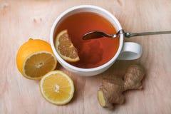 Свежие имбирь, чай и лимон - самая лучшая медицина для холодов Стоковое Фото