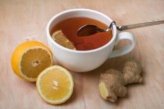 Свежие имбирь, чай и лимон - самая лучшая медицина для холодов Стоковое Изображение RF