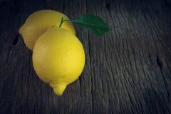 Свежие лимоны на деревянном Стоковые Изображения