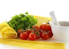 свежие ингридиенты делая макаронные изделия сырцовым Стоковое Фото