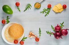 Свежие ингридиенты для бургера veggie изолированного на серой конкретной предпосылке с космосом бесплатной копии: томаты вишни, а Стоковые Фото