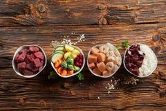 Свежие ингридиенты для здоровой животной диеты стоковые фото
