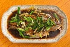 Свежие испаренные все рыбы покрытые с луками трав стоковое изображение rf