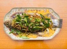 Свежие испаренные все рыбы покрытые с луками трав стоковые фотографии rf