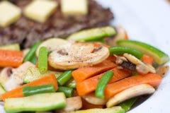 Свежие испаренные овощи с перцем стоковое изображение rf