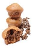 Свежие испеченные булочки и зерна кофе на белой предпосылке Стоковая Фотография