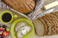 Свежие испеченные все зерна и осемененный хлеб Стоковые Фотографии RF