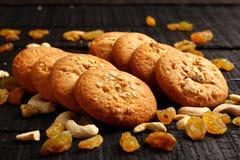 Свежие испеченные изысканные печенья с гайками и изюминками Стоковые Фото