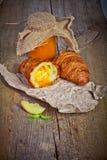Свежие испеченные круассаны с вареньем абрикоса Стоковые Фото