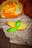 Свежие испеченные круассаны с вареньем абрикоса Стоковое Изображение RF