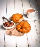 Свежие испеченные круассаны с сливк шоколада и горячим какао дальше сватают стоковые изображения rf