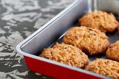 Свежие испеченные печенья на листе печенья, взгляд сверху, конце-вверх, селективном фокусе, малой глубине поля Стоковое Изображение RF