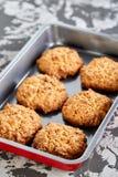 Свежие испеченные печенья на листе печенья, взгляд сверху, конце-вверх, селективном фокусе, малой глубине поля Стоковое Фото
