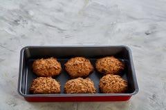 Свежие испеченные печенья на листе печенья, взгляд сверху, конце-вверх, селективном фокусе, малой глубине поля Стоковое фото RF