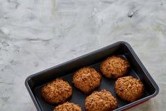 Свежие испеченные печенья на листе печенья, взгляд сверху, конце-вверх, селективном фокусе, малой глубине поля Стоковая Фотография