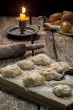 Свежие испеченные печенья на таблице Стоковая Фотография RF