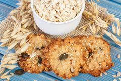 Свежие испеченные печенья овсяной каши с хлопьями и уши овса, здоровой концепции десерта Стоковые Фотографии RF