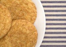 Свежие испеченные печенья snickerdoodle на плите Стоковое Изображение