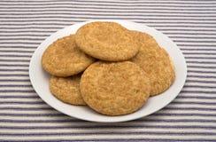 Свежие испеченные печенья snickerdoodle на плите Стоковые Фото