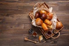 Свежие испеченные плюшки с семенами и вареньем сезама Стоковая Фотография RF