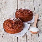 Свежие испеченные browny торты и сахар Стоковое фото RF