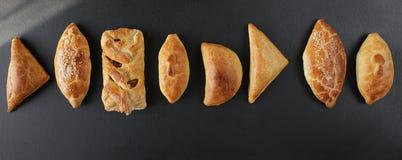 Свежие испеченные pasties заполнили с овощами, цыпленком, мясом и cha Стоковые Изображения