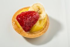 Свежие итальянские печенья с заварным кремом и свежие фрукты стоковые фотографии rf