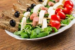 Свежие итальянские сыр и овощи с хлебом стоковые изображения rf
